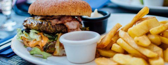 burger z frytkami i tłustym sosem